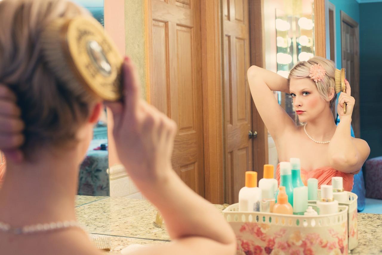 Hübsche Frau vor einem Spiegel