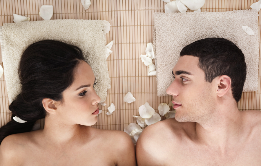 Mann und Frau bei Haarentfernungsbehandlung