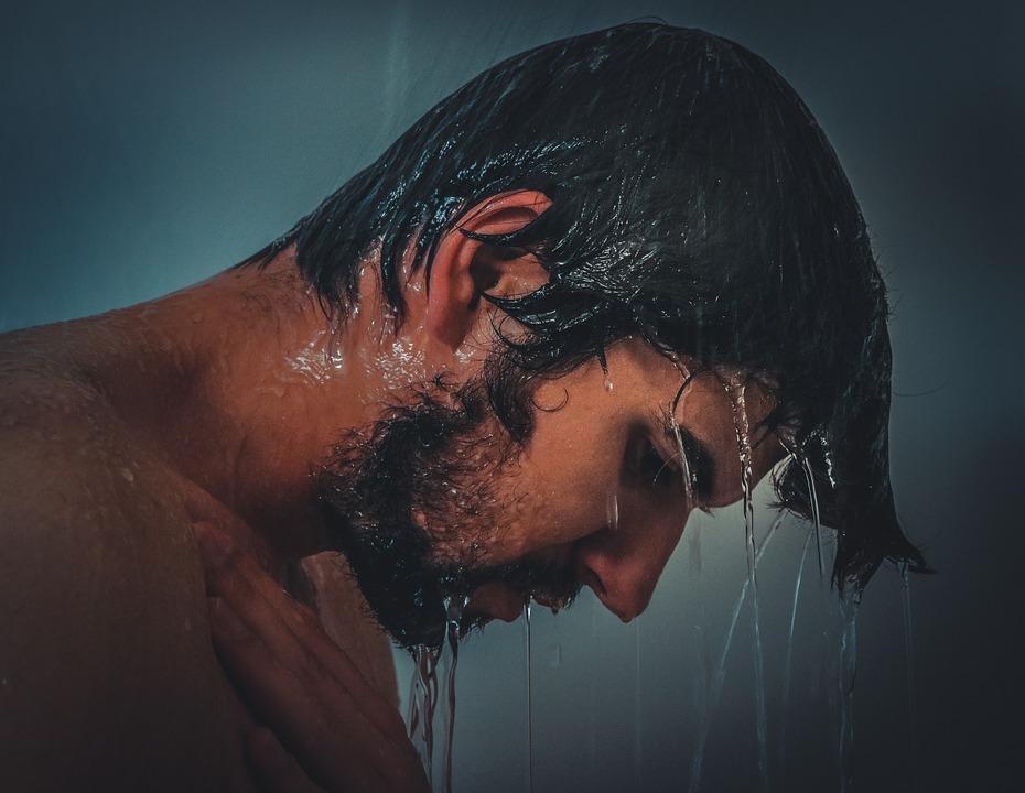 Mann beim Duschen