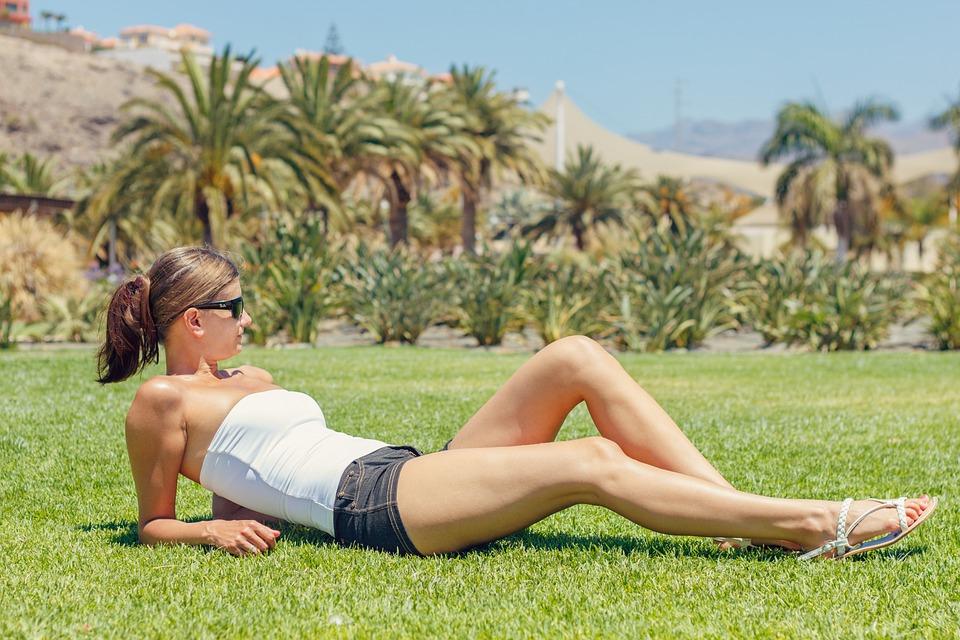 Frau mit enthaarten Beinen