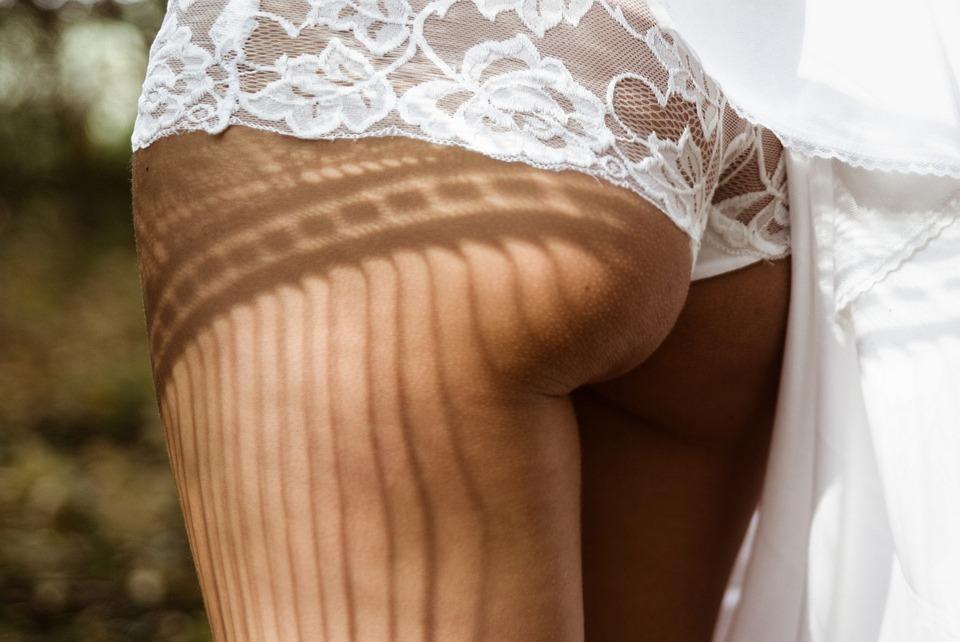 Frau perfekt enthaart mit Spitzenhöschen