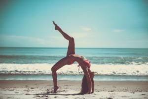 Frau mit Bikini am Strand